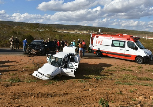 Batida entre carro e caminhonete mata idosa e deixa quatro feridos em Vitória da Conquista